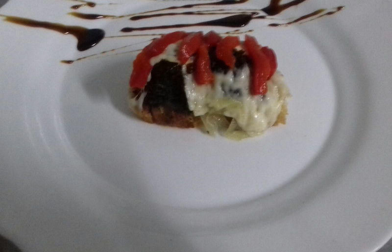 Tosta de morcilla con cebolla caramelizada y cristal de patata