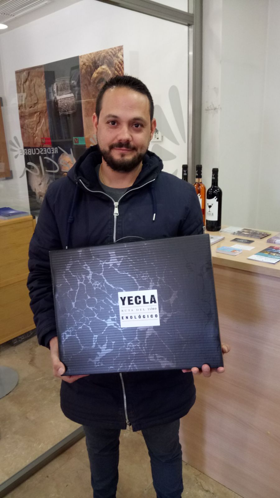 Jose Juan picking up his batch of products from the Wine Route of Yecla in the 4 photographic draw