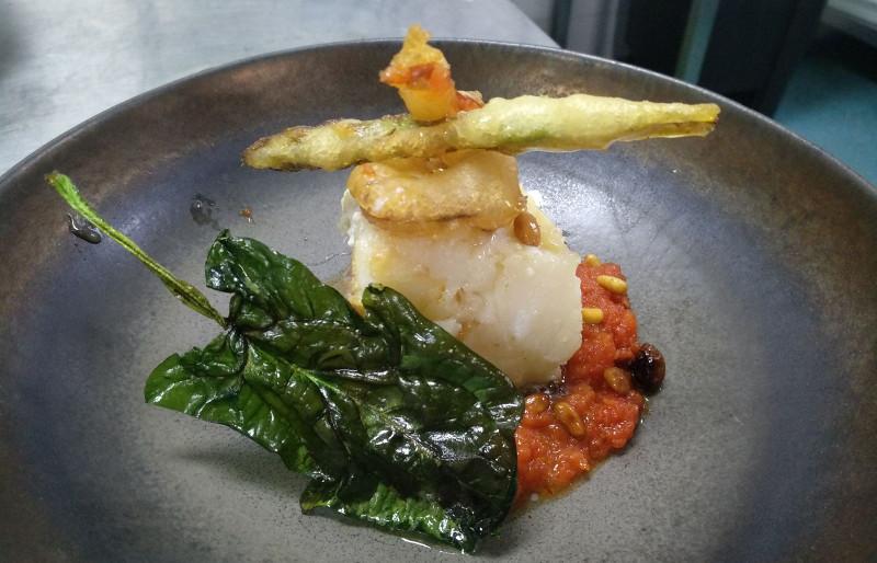 Suprema de bacalao, con crujiente de verdura